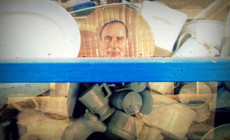 Assiette en porcelaine à l'effigie de François Mitterrand, détail d'une vitrine. Photo AmerigoLand, flickr.com