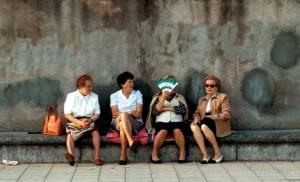 Avec le report de l'âge légal de la retraite, fini les spectacles désolants de vieillards qui ne fichent rien au soleil. Et s'en plaignent !