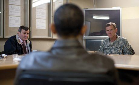 Barack Obama s'entretenant avec l'ambassadeur américain, Karl Eikenberry et le général Stanley McChrystal, 28 mars 2010