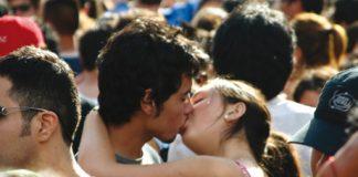 Spécimens d'Homo festivus pratiquant le french kiss à la Love Parade