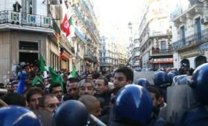 photo : Said Sadi face à la police lors de la manifestation du 2 janvier à Alger