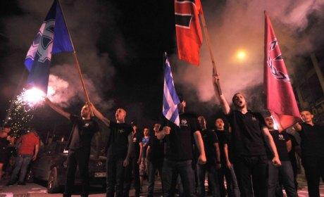 En Grèce, Aube dorée agresse les immigrés.