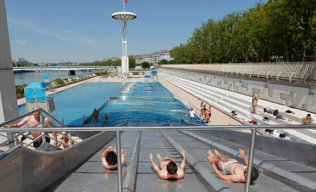 Touche pas ma piscine causeur for Piscine lyon