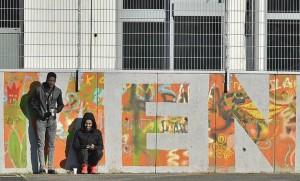 Deux migrants, fin janvier, se tenant devant un centre d'accueil de Cologne (Photo : SIPA.AP21847714_000007)