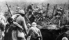 Des soldats français sortent de leur tranchée pendant la bataille de Verdun (Photo : Collection DocAnciens/docpix.fr - Wikimedia commons)
