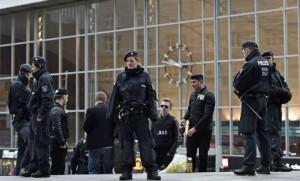 Une patrouille de police devant la gare de Cologne durant le carnaval (Photo : SIPA.AP21853579_000004)