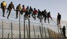Des migrants tentent de franchir la barrière de Melilla (Photo : SIPA.00696118_000002)