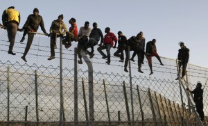 Des migrants tentent de franchir la barrière de Melilla (Photo : SIPA.00696118_000002)