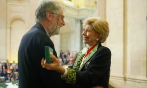 Simon Leys, en 2005, avec Hélène Carrère d'Encausse (Photo : SIPA.00512510_000006)