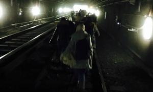 Des usagers du métro bruxellois évacuant les lieux de l'attentat (Photo : SIPA.00747876_000033)
