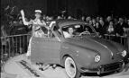 Présentation de la Renault Dauphine au Salon de l'automobile de Paris de 1956 (Photo : SIPA.00070602_000005)