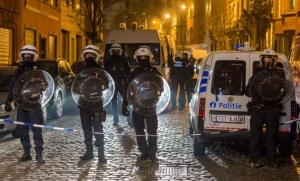 Des policiers sécurisent une rue de Molenbeek pendant une intervention (Photo : SIPA.AP21872519_000040)