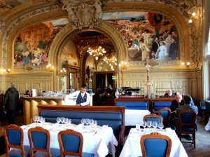 Fresque d'Albert Maignan pour le restaurant parisien Le Train Bleu dans le hall de la gare de Lyon (Photo : Hannah Assouline)