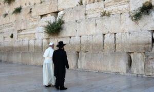 Le pape François se recueillant, en mai 2014, face au mur des Lamentations (Photo : SIPA.00684468_000008)