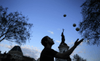 Un homme jongle place de la République à Paris (Photo : SIPA.AP21881109_000001)