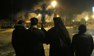 Des prêtres orthodoxes se tenant entre manifestant et policiers, en plein centre de Kiev, début 2014 (Photo : SIPA.AP21512702_000002)