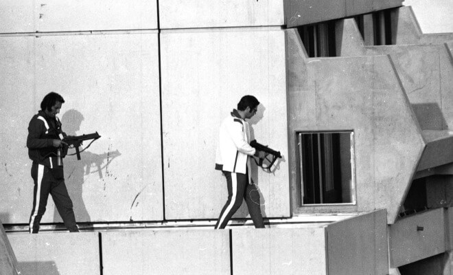 Des policiers allemands, habillés en athlètes, prennent position sur le toit de l'immeuble où sont retenus les otages israéliens (Photo : SIPA.AP21219042_000004)