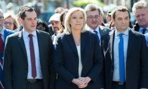 Marine le Pen aux côtés de Nicolas Bay (gauche) et Florian Philippot (droite) au pied de la statue de Jeanne d'Arc à Paris, le 1er mai dernier. (Photo: SIPA_00753927_000007)