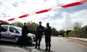 Des policiers bloquent la rue menant au domicile du couple tué par Larossi Abballa, le 13 juin au soir. (Photo: SIPA_ap21909340_000006)