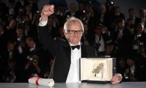 """Ken Loach reçoit la Palme d'or pour son film """"Moi, Daniel Blake"""" (Photo : SIPA.00756771_000001)"""