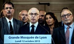 Bernard Cazeneuve aux côtés de Kamel Kabtane (à droite) à la Grande Mosquée de Lyon, le 12 octobre 2015 (Photo : Jeff Pachoud)