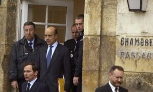 Alain Juppé quitte la cour d'appel de Versailles, lors de son procès en appel dans l'affaire des emplois fictifs du RPR, 13 octobre 2004 (Photo : DENIS ALLARD/REA)