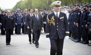 Bernard Cazenuve, Manuel Valls et François Hollande lors des obsèques de Jean-Baptiste Salvaing et Jessica Schneider, les deux policiers assassinés à Magnanville (Photo : SIPA.00760758_000001)