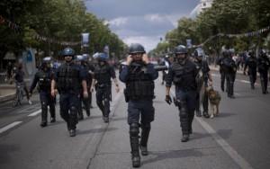 Des policiers marchant en direction du Stade Vélodrome de Marseille (Photo : SIPA.AP21911532_000004)