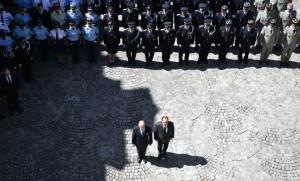 Bernard Cazeneuve et François Hollande lors de la minute de silence observée dans la cour du ministère de l'Intérieur à Paris (Photo : SIPA.00764822_000005)