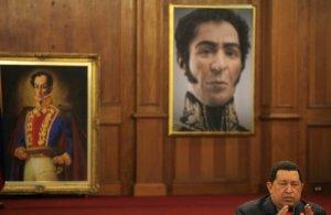 Hugo Chavez avec, en fond, deux portraits de Simon Bolivar (Photo : SIPA.AP21310246_000009)
