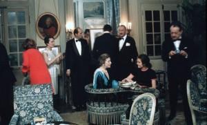 Louise de Vilmorin (au centre) lors d'une réception dans son manoir à laquelle assiste André Malraux (à droite) (Photo : SIPA.00418428_000001)