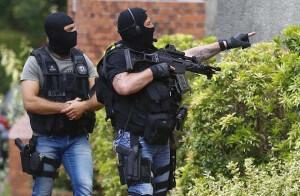 Des membres de la Brigade de recherche et d'intervention (BRI) dans les rues de Saint-Etienne-du-Rouvray (Photo : SIPA.AP21927272_000022)
