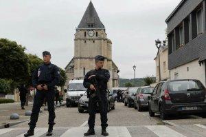 Les forces de l'ordre montent la garde devant l'église de Saint-Etienne-du-Rouvray (Photo : SIPA.AP21927520_000015)