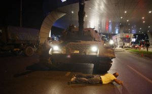 Un partisan d'Erdogan s'allonge devant un tank à l'entrée de l'aéroport d'Istanbul (Photo : SIPA.00764584_000016)