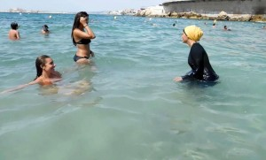 Image extraite d'une vidéo tournée sur une plage de Marseille (Photo : SIPA.AP21943945_000002)