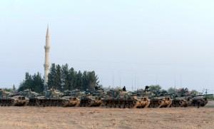 Des tanks turcs stationnés à Karkamis tout près de la frontière syrienne (Photo : SIPA.AP21943273_000007)