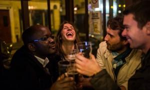 Un bar parisien, une semaine tout juste après les attentats de Paris (Photo : SIPA.00731529_000026)
