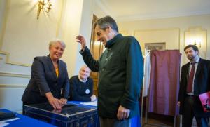 François Fillon met son bulletin dans l'urne à Paris lors du premier tour de la primaire, novembre 2016. SIPA. 00782071_000001