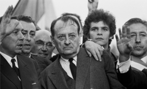 """Andre Malraux à la tête de la manifestation de la """"majorité silencieuse"""", mai 1968. SIPA. 00557216_000042"""