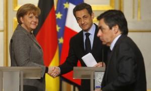 Le Premier ministre François Fillon passe devant le président Sarkozy et la chancelière Merkel lors d'une rencontre à Paris, février 2012. SIPA. AP21166881_000005