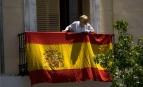 Une femme accroche un drapeau de l'Espagne à Madrid, juin 2014. SIPA. AP21584140_000003