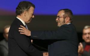"""Juan Manuel Santos et """"Timochenko"""" se congratulent après la signature de l'accord de paix à Bogota, novembre 2016. SIPA. AP21980392_000008"""