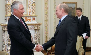 Rex Tillerson, alors PDG d'Exxon Mobil, et Vladimir Poutine, avril 2016. SIPA. AP21208041_000001