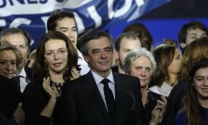 François Fillon entouré de sa femme Pénélope (à droite) et de Valérie Boyer (à gauche)lors d'un meeting de campagne à Paris, 29 janvier 2017. SIPA. AP22006924_000056