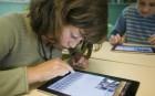 Une élève d'une école élémentaire d'Angers apprend à se servir d'une tablette numérique, juin 2011. SIPA. 00641827_000014