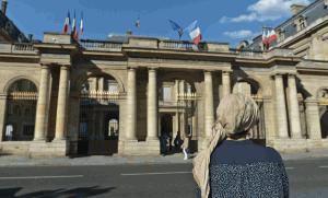 Une femme voilée devant le Conseil d'Etat à Paris au moment de la polémique du burkini en France, août 2016. SIPA. 30157065_000005