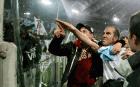 Paolo Di Canio salue les supporters de la Lazio Rome après son but inscrit contre l'AS Rome au stade Olympique de Rome, janvier 2005.
