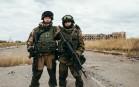 Dans les ruines de l'aéroport de Donetsk, Gilis et Denis, du bataillon Sparta, patrouillent sur la ligne de front à 1,5 km des positions ukrainiennes, septembre 2016.
