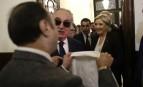 Marine Le Pen refuse de porter le voile qui lui est tendu à Beyrouth, février 2017. SIPA. AP22017146_000001