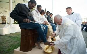 Le pape François célèbre le rite du lavement des pieds dans un centre d'accueil pour migrants à Castelnuovo, près de Rome, 24 mars 2016.